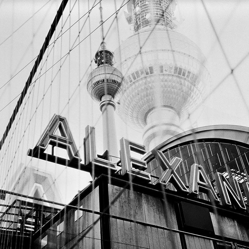 Fernsehturm de Berlin vue depuis l'Alexanderplatz. Double pose sous l'agrandisseur.