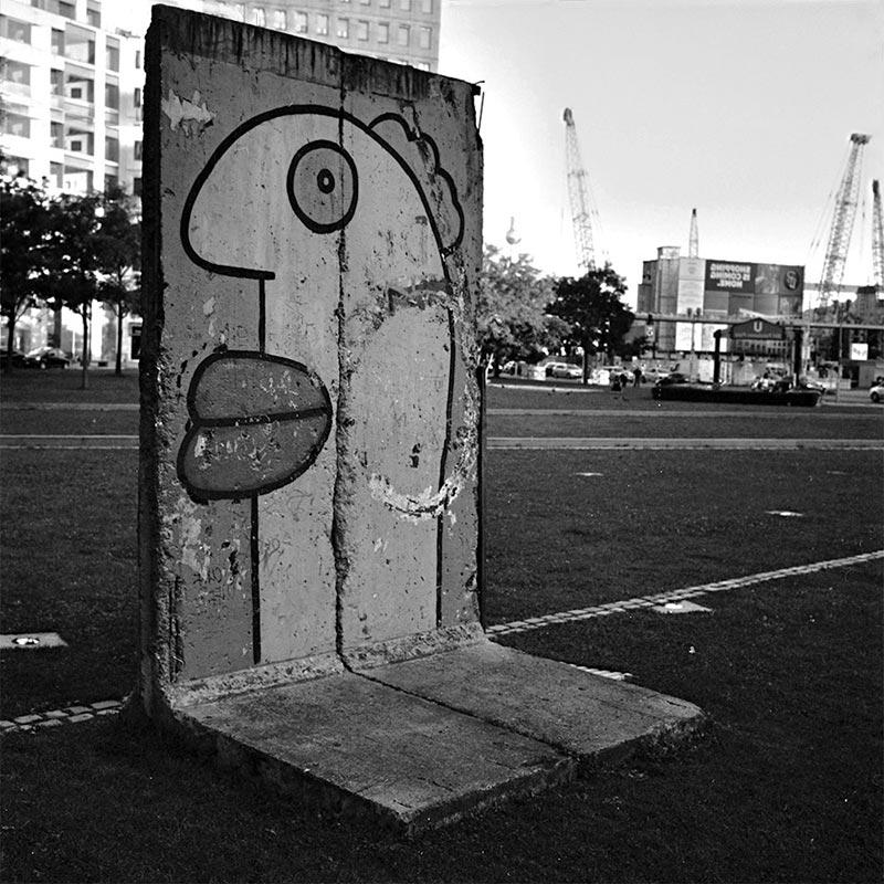 Des fragments du mur sont visibles un peu partout dans Berlin. Ici à Friedrichain.